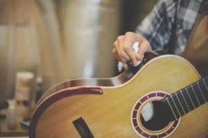 Cara merawat gitar dengan mudah membersihkan dan polish gitar