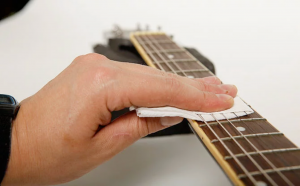 cara merawat gitar dengan mudah Bersihkan fretboard bawah