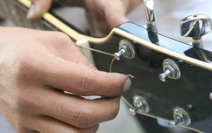 cara merawat gitar dengan mudah Rubah string gitar