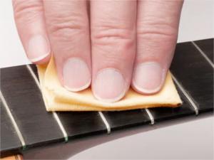cara mudah merawat gitar bersihkan fretboard